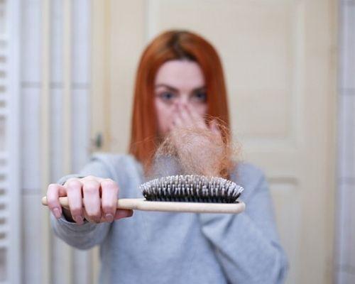 scopri quanti capelli si perdono al giorni
